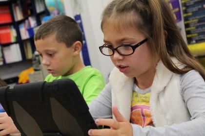 Copilul petrece timpul în fața ecranului? Beneficiile sociale ar putea depăși problemele comportamentale