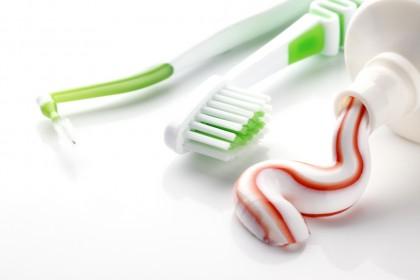 Periile interdentare și irigatoarele bucale, cele mai eficiente dispozitive de igienă orală pentru reducerea gingivitei