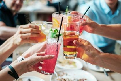 Diferențele dintre femei și bărbați cu privire la consumul excesiv de alcool, explicate într-un nou studiu