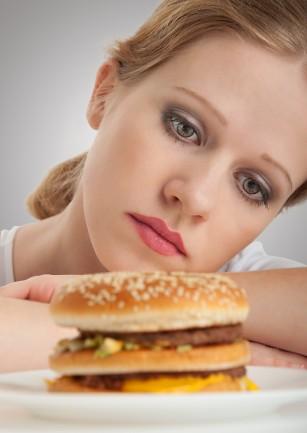 Relaţia dintre emoţii şi mâncare: cum controlăm poftele alimentare?