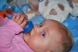 Când pot să-i dau bebelușului să bea apă?
