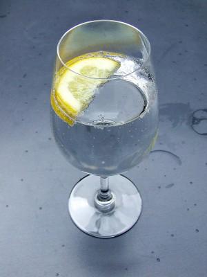 Beneficiile consumului de apă cu lămâie