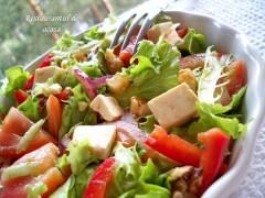Salată cu feta și nuci