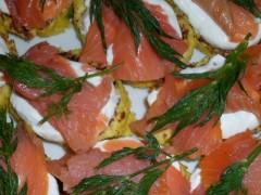 Clătite din cartofi cu somon afumat și topping de smântână