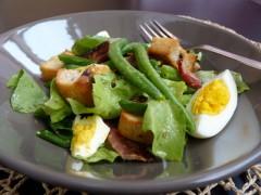 Salată cu fasole verde, ou și bacon