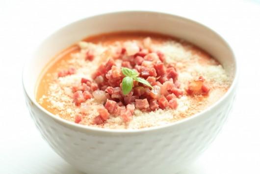 Rețetă Supă cremă de roșii cu bacon, parmezan și sos pesto