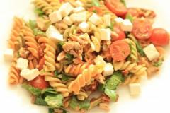 Salată de paste cu roșii uscate și pui