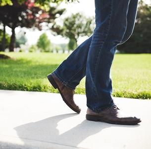Studiu: Mersul pe jos poate reduce semnificativ riscul de mortalitate